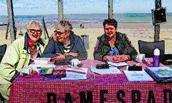 Inschrijven voor de wandeling;Damespad leden aan de tafel met speldjes en wandelboekjes